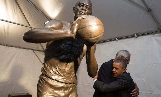 Barack_Obama_hugs_Bill_Russell