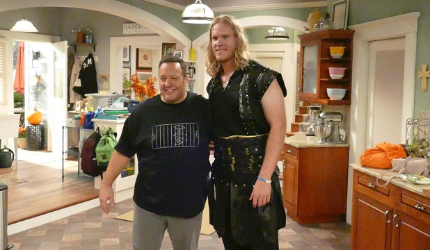 "Noah Syndergaard (r.) dresses up as a viking for his ""Kevin Can Wait"" cameo with Kevin James (l.). (RICHARD BOETH/CBS)"