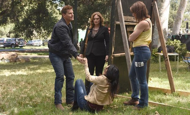 "L-R: David Boreanaz, Emily Deschanel, guest star Inga Braunstein and guest star Stephanie Czajkowski in the ""The Flaw in the Saw"" episode of BONES airing Tuesday, Feb. 7 (9:01-10:00 PM ET/PT) on FOX. ©2017 Fox Broadcasting Co. Cr: Ray Mickshaw/FOX"