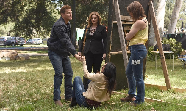 """L-R: David Boreanaz, Emily Deschanel, guest star Inga Braunstein and guest star Stephanie Czajkowski in the """"The Flaw in the Saw"""" episode of BONES airing Tuesday, Feb. 7 (9:01-10:00 PM ET/PT) on FOX. ©2017 Fox Broadcasting Co. Cr: Ray Mickshaw/FOX"""