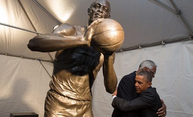 Barack_Obama_hugs_Bill_Russell