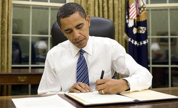 Barack_Obama_signs_emergency_declaration_for_Arkansas_1-28-09