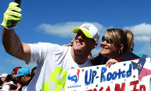 J.J._Watt_takes_selfie_with_fans,_2014_Pro_Bowl_(cropped)