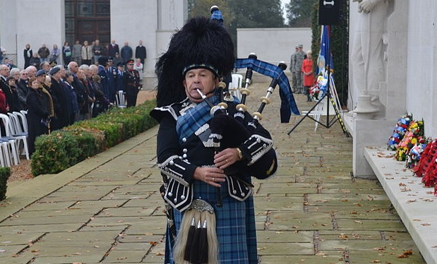 Cambridge_Bagpiper_2011