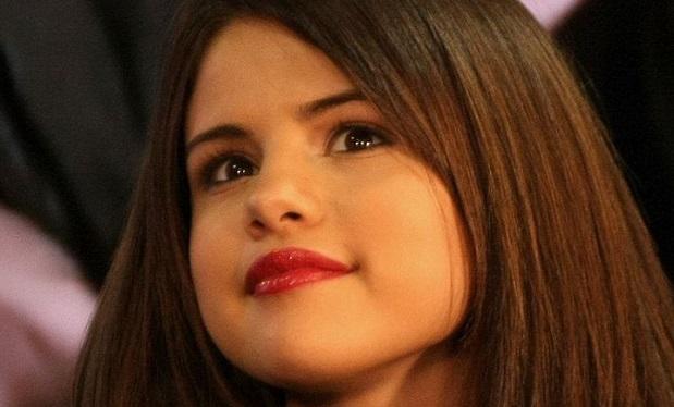 Selena_Gomez_December_2010_2