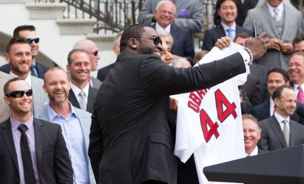 David_Ortiz_presents_Obama_a_jersey