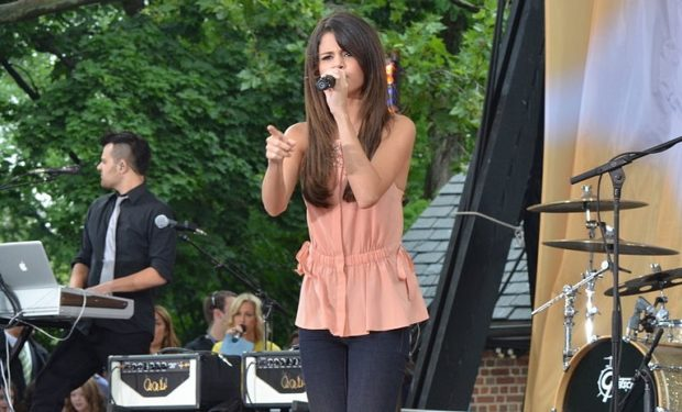 Selena_Gomez before her transplant performing on TV