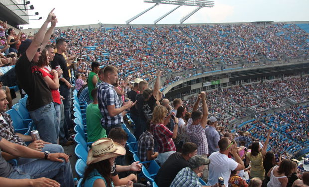 crowd at a Jake Owen concert
