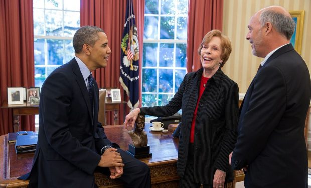 Barack_Obama_talks_with_Carol_Burnett_