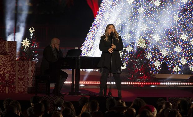 Kelly_Clarkson_2016_National_Christmas_Tree_Lighting