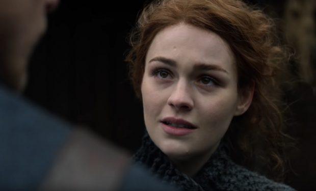 Sophie Skelton em Outlander, Starz screengrab