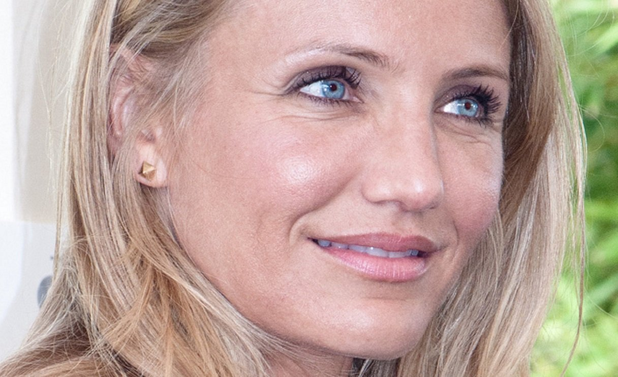 """Cameron Diaz Stuns In Black Summer Dress and Deep Red Lipstick, """"Cheers Ladies!"""" - 2paragraphs Buzz"""